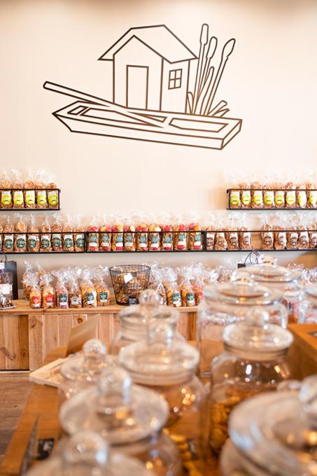 logo et intérieur du magasin saveurs des marais