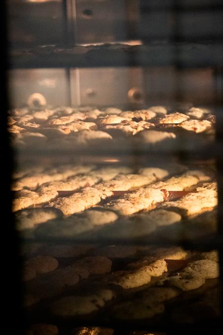 plaques de cuisson avec biscuits dessus au four