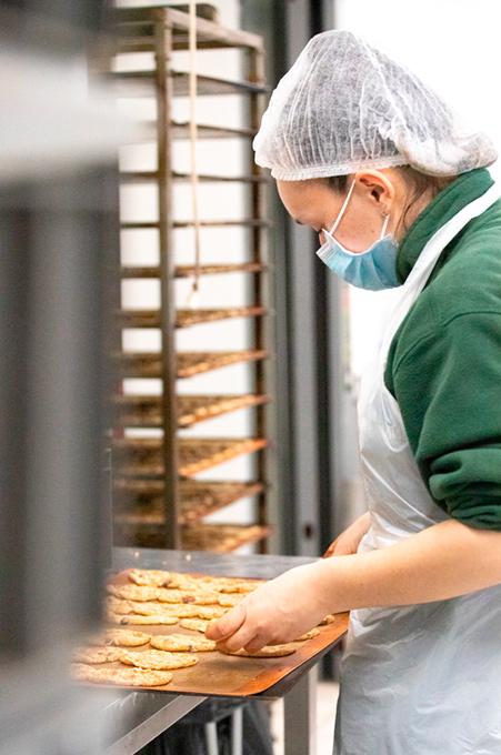 employé en train de travailler des biscuits